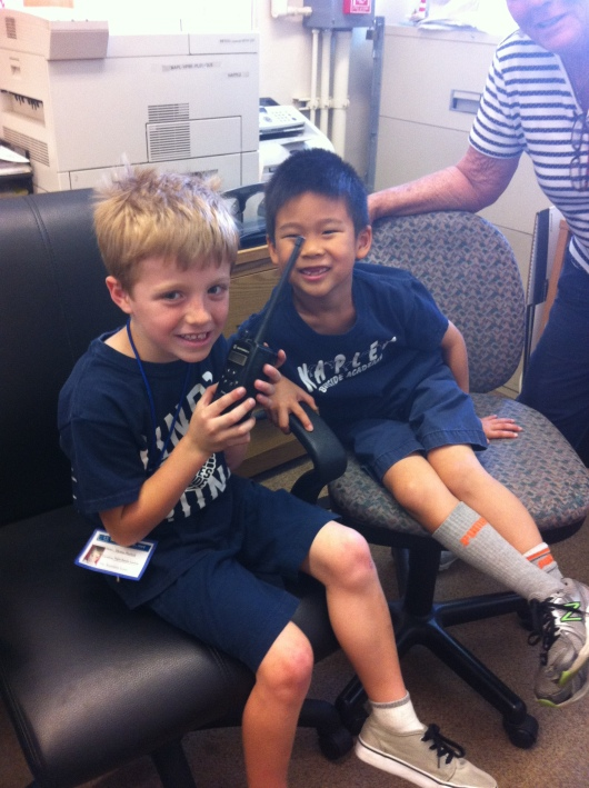 T with his classmate before having lunch in the office.